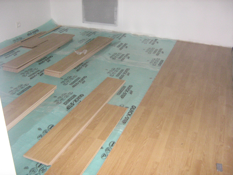 Parquet stratifi chambre stratifi un sol confortable for Video pose de parquet flottant a clipser
